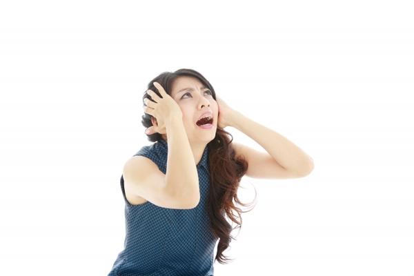 ショックを受けた女性の写真